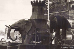 Elephant statue being removed from Elephant and Castle pub 1959
